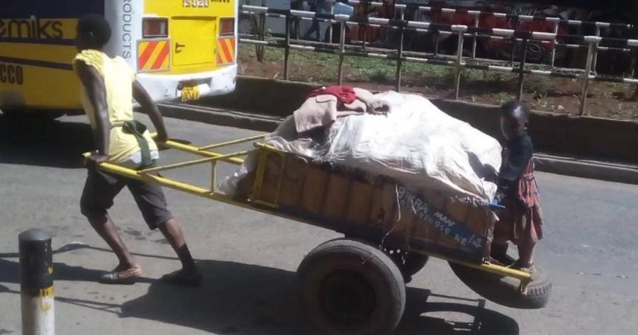 Mhudumu wa mkokoteni wa kike Nairobi azawadiwa mapochopocho ya Krismasi