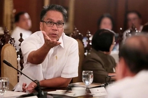 Roxas calls Duterte 'a threat to democracy'