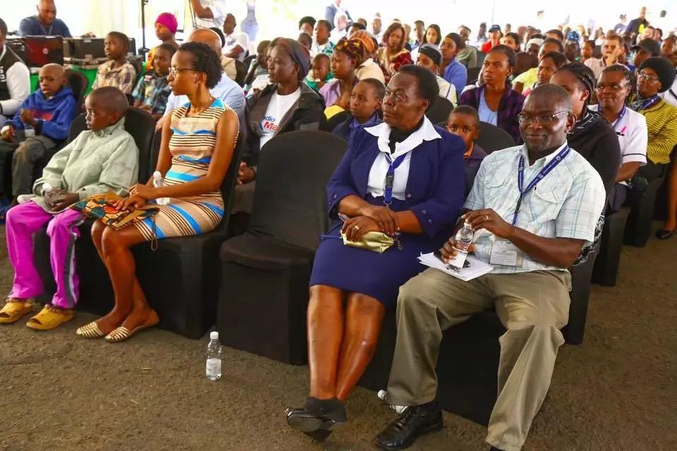 Mkewe Bob Collymore Wambui Kamiru amezinyoa nywele zake aina ya'rasta' tazama alivyorembeka(picha)