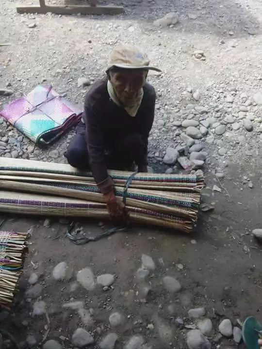 Netizen concerned with old man's job; earns symphatizers