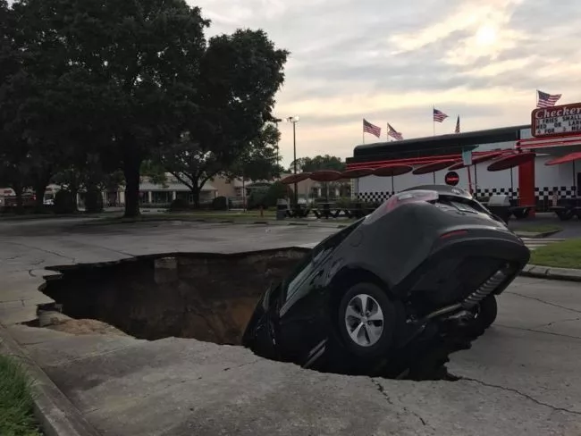 Sinkholes almost swallowed the elderly couple! They jumped off the quickly just before the car was dropped