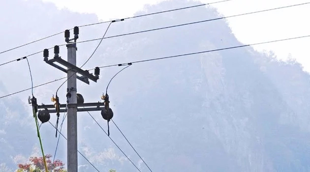 Raila 'reveals' why govt is using concrete poles in connecting electricity across the country