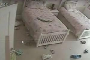 Mamá vio un vídeo que circulaba en línea - Después reconoció la habitación de sus hijas...