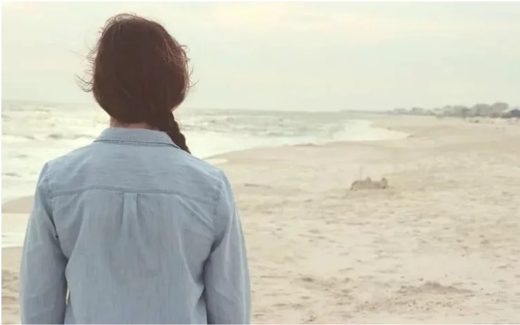 Eine Frau sah dieses junge Mädchen am Strand. Als sie sah, wie sie ihre Kleider entfernte, schrieb sie diesen schockierenden Brief