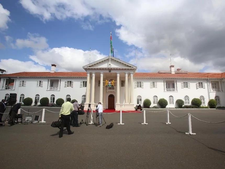 Kidero aabiri gari moja na Uhuru Kenyatta, Wakenya 'walipuka'