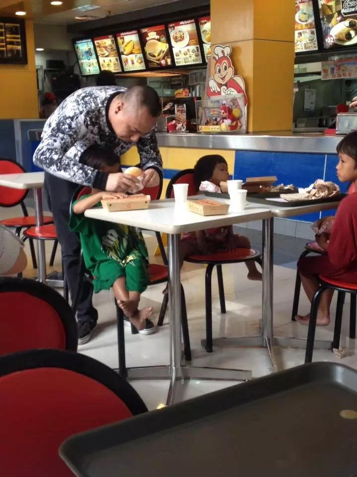 Mabuti ang kalooban! Viral photo of a man feeding street kids and eating with them earned praises from netizens