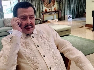 Weak Erap Estrada ends up in hospital days before Christmas because of pneumonia
