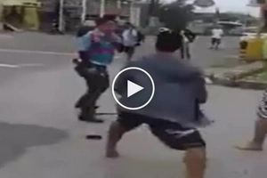 Mga hari ng kalsada: Violent motorcycle riders get into wild fist fight with brave traffic enforcer
