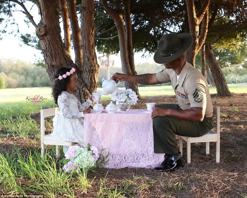 Soldier dad joins daughter, 4, for surprise tea party (photos)