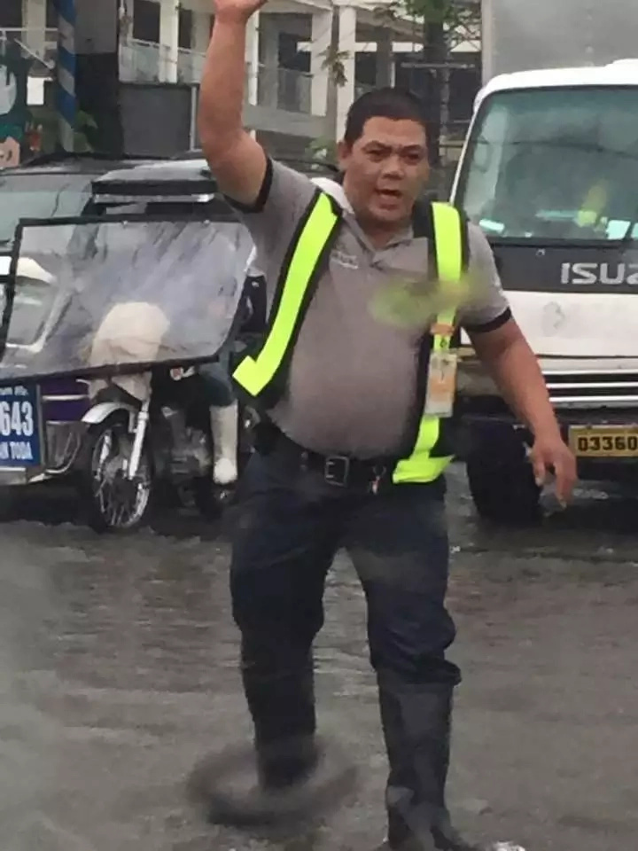 Traffic enforcer receives praise from netizens