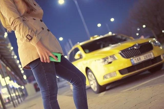 Mujer tomó un taxi con su amante y el conductor era su marido