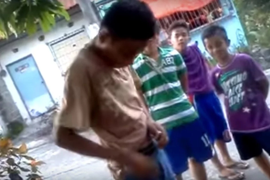 That was gross! Pinoy kid touches dog poop for P20