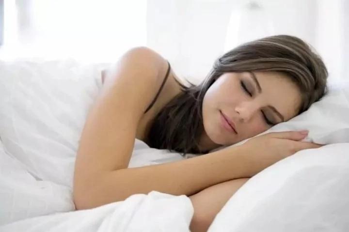 ¿Sabes por qué es importante dormir del lado izquierdo? Puede solucionar grandes problemas de tu vida