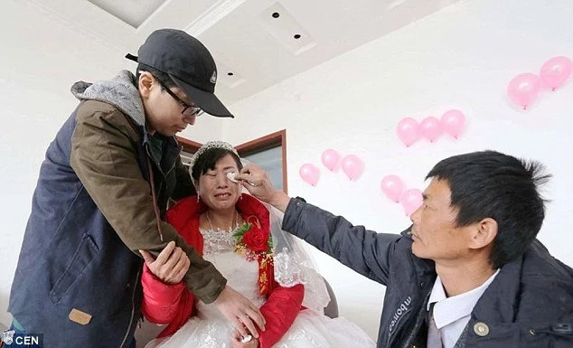 Hijo atento con cáncer terminal pagó la boda de su madre en vez de su propio tratamiento - ¡Conmovedor!