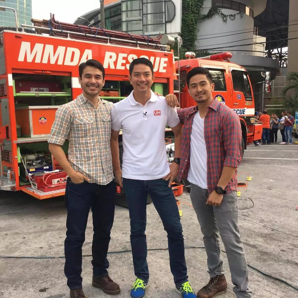 A photo of 3 reporters from different TV networks went viral