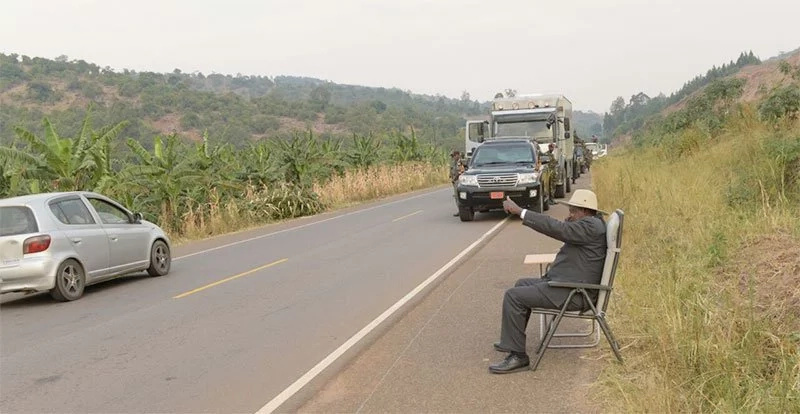 Museveni's phone call by the road photos go viral