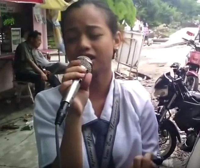 She grabbed the microphone and everyone was stunned! Pinay singer went viral after this amazing performance