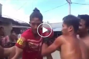 Pinoy knocks friend out during street boxing match in viral Facebook video