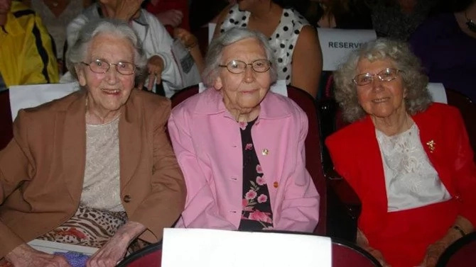 85 years later, 3 sisters return to their high school -and all in GREAT shape! (photos)