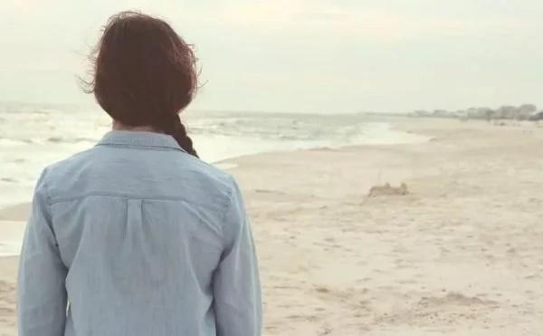 Une femme a vu cette jeune fille sur la plage. Quand elle l'a vue enlever ses vêtements elle a écrit cette lettre choquante