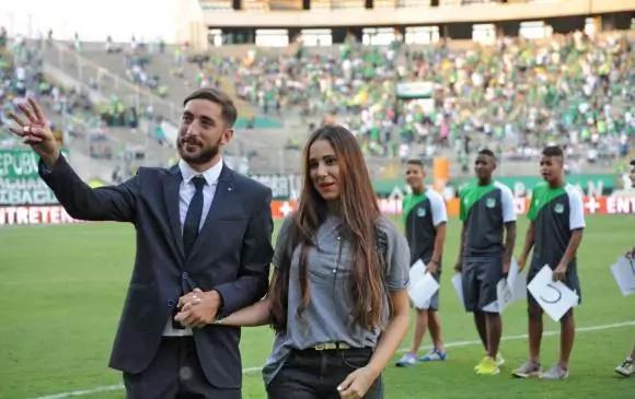 Un futbolista le pidió matrimonio a su novia en pleno estadio