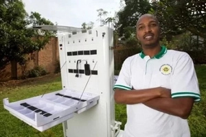 Amazing! This inventor made a solar cart that can charge up to 80 phones at once