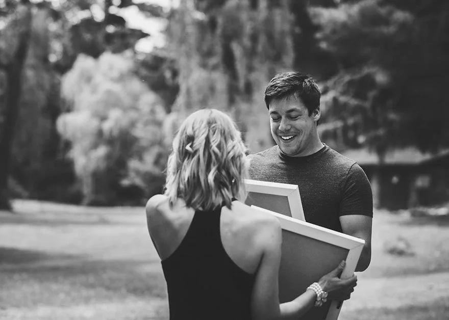 Lo sorprende con su embarazo durante una sesión de fotos