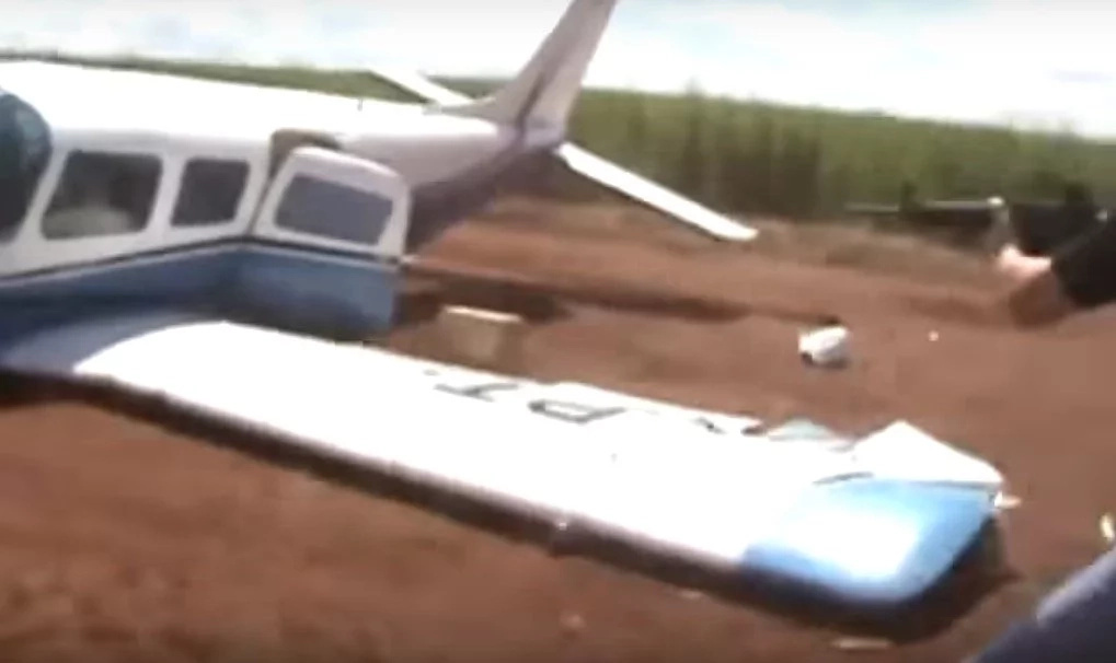 Brazilian cops RAM their 4x4 into a smuggler's plane to stop it from takeoff (photos, video)