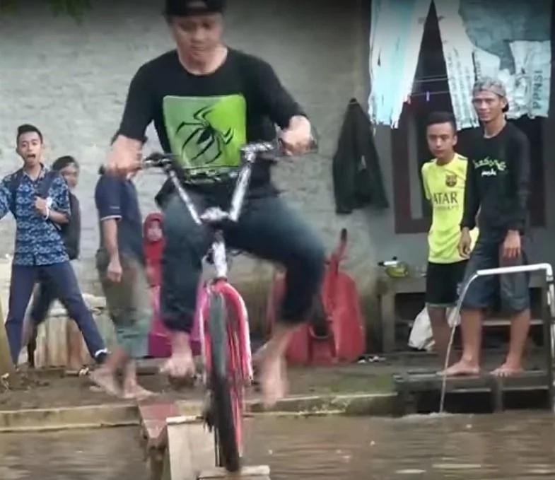 Netizen shares epic video of hilarious bike race