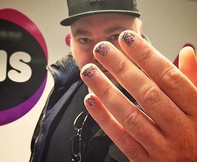 Que no te sorprenda si tu chavo te llega con las uñas así de coloridas