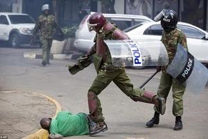 Polisi anaswa akipigana na Raia baada ya kumtusi (video)