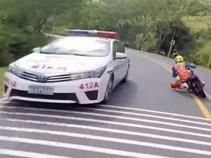Insane Filipino Moped Riders In Illegal Street Race For $20 000 Bet