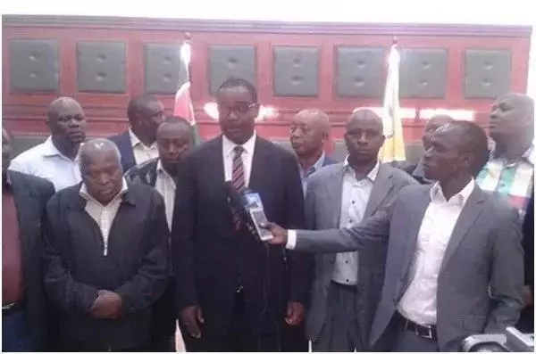 Wazee wa jamii ya Wakikuyu waadhibiwa baada ya kuonekana kwa picha na Evans Kidero