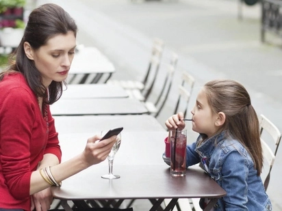 This mother puts down her smartphone for a day; the result will surprise you