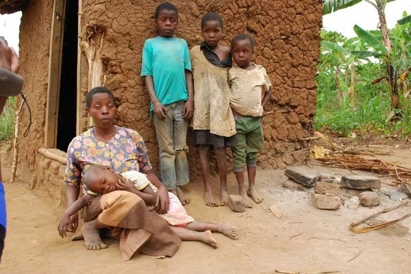 See the SAD plight of mother, 30, struggling to raise her visually impaired children (photo)