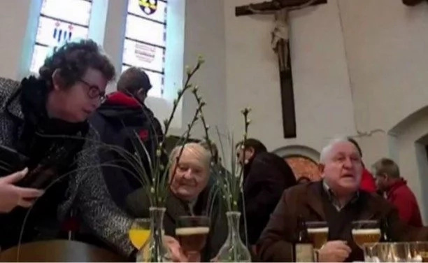 Incredible! This Christian church turns into beer bar after every Sunday mass (photos, video)