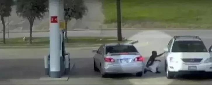Soyez très prudent: quand vous voyez une telle pièce dans votre voiture, appelez immédiatement la police. Vous pouvez être en grand danger