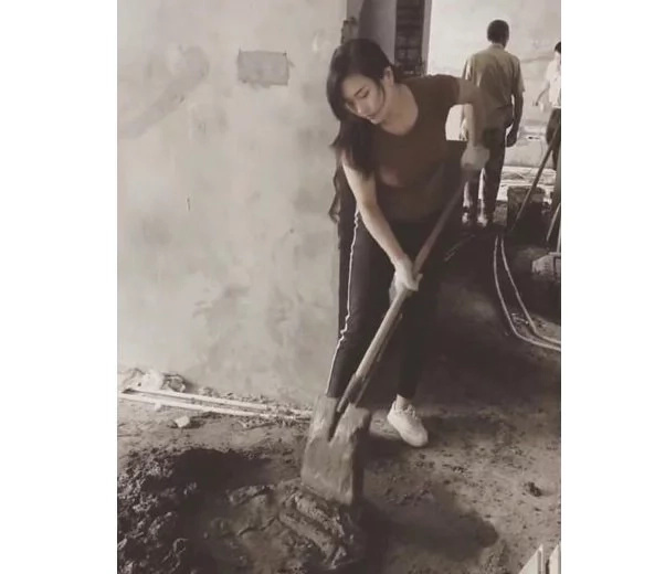 This stunning girl wows netizens by working as a construction worker so that she could help her family