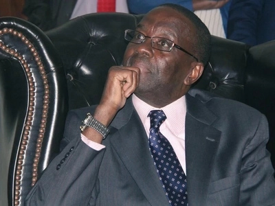 Retired CJ Willy Mutunga devours fish and Ugali in a local kibanda (photos)