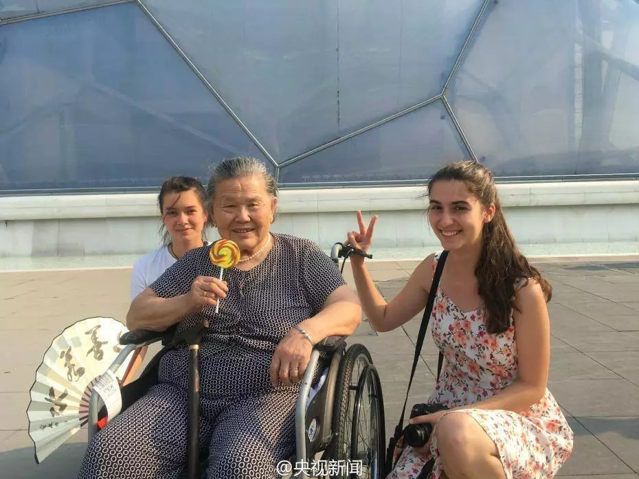Grandson takes his wheelchair-bound grandma on vacation after stroke