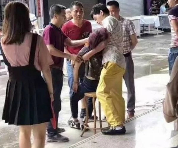 Tourist tried a bracelet on and broke it. She faints after finding out it costed 300,000 yuan.