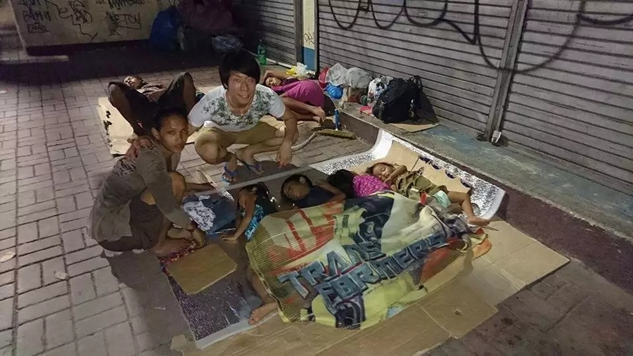 Concerned Japanese feeds Filipino poor