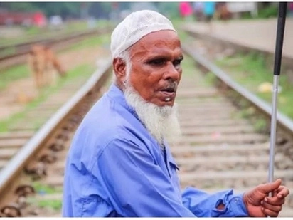 Heart of gold! Beggar, 70, praises kindhearted man who donates food to poor people like him