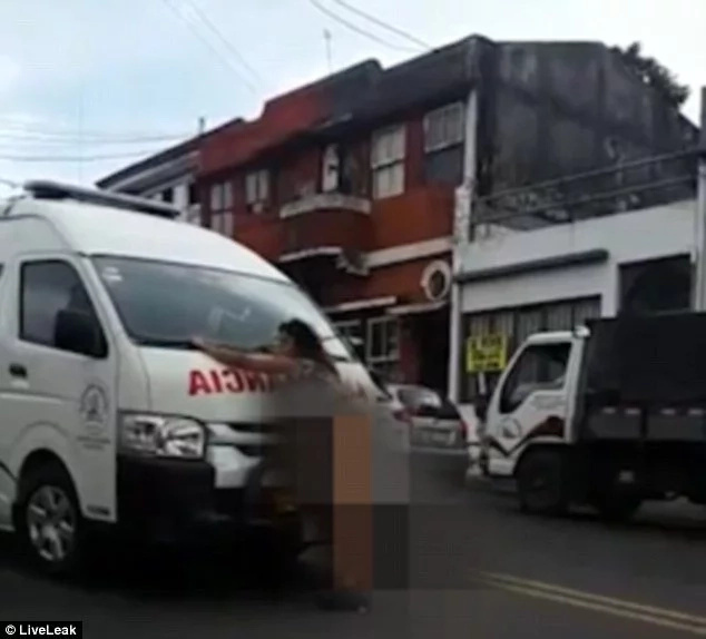 Naked woman goes insane on the busy road