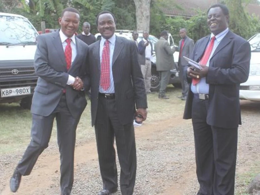 Mutua gives Kalonzo Musyoka a 1 km ride during Ntimama burial