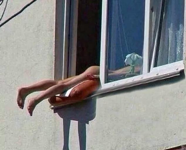 Mujer sacó el cuerpo desnudo por una ventana para broncearse