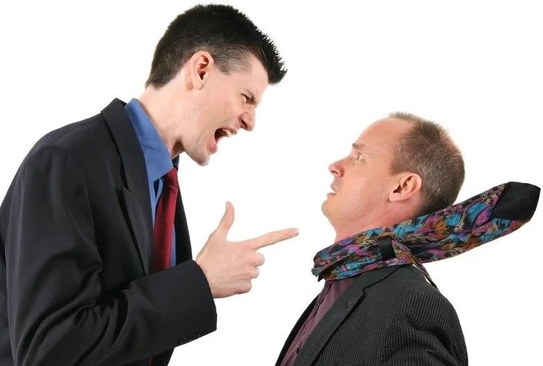 El jefe despidió a un empleado, pero cuando se entera de quién era, llora desconsolado