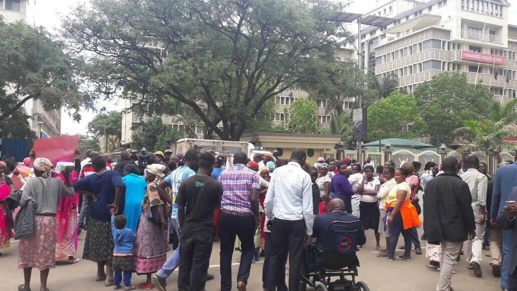 Drama as Kenyans cook outside Uhuru's office