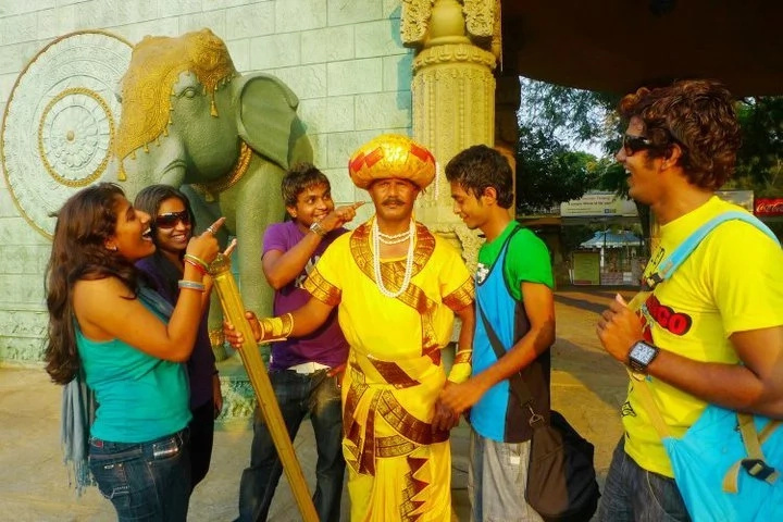 Incredible! Meet the statue man who doesn't for 6 hours everyday, for a living