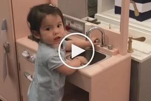 Natuwa masyado, ayaw na umuwi! Baby Olivia is obsessed with this store's kitchen set